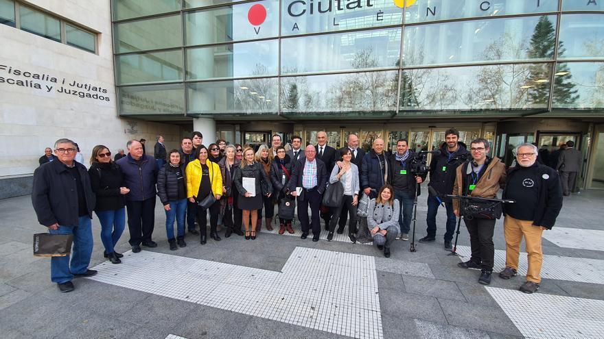 La asociación de víctimas del metro frente a la Ciudad de la Justicia antes de escuchar la sentencia del accidente.