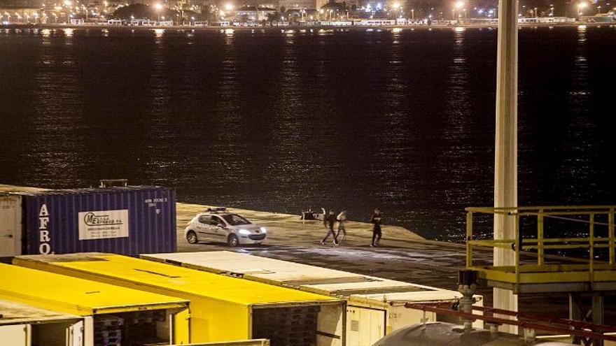 Hay chicos que, incluso, denuncian que la Policía, después de aporrearlos, los ha lanzado al agua en alguna ocasión. //FOTO: Robert Bonet
