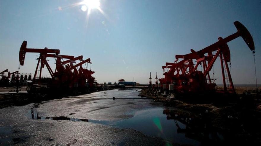 Vista general de un campo de extracción de petróleo.