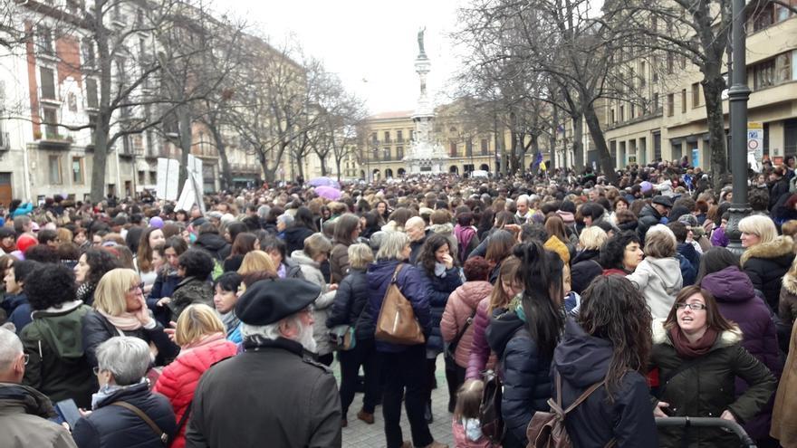Multitudinaria concentración de mujeres en el centro de Pamplona en apoyo a la huelga feminista