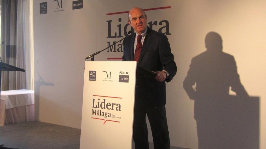 """De Guindos advierte de que si la economía española se desacelera, """"habrá que implementar recortes"""""""
