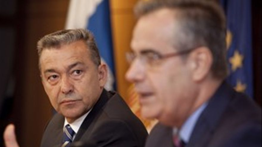 Paulino Rivero escucha la intervención del ministro de Trabajo e Inmigración, Celestino Corbacho. (ÁNGEL MEDINA/ ACN PRESS)
