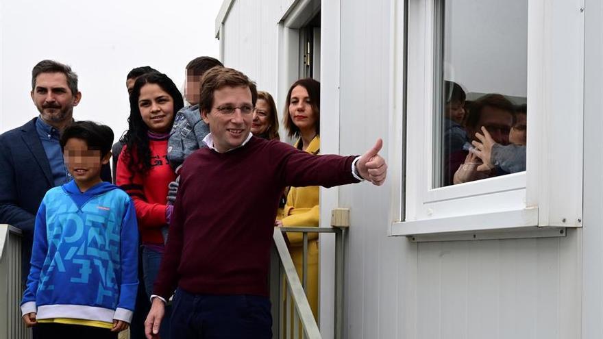 El alcalde de Madrid, José Luis Martínez-Almeida visita el centro temporal de acogida para solicitantes de asilo construido en Vallecas, que este sábado empieza a recibir a las primeras personas.