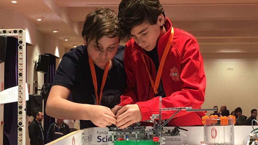 Dos jóvenes programando un robot | MADERO CUBERO