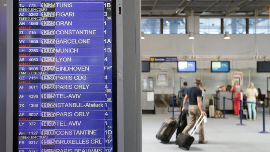 Las compañías anulan un 20 por ciento de sus vuelos en París por una huelga