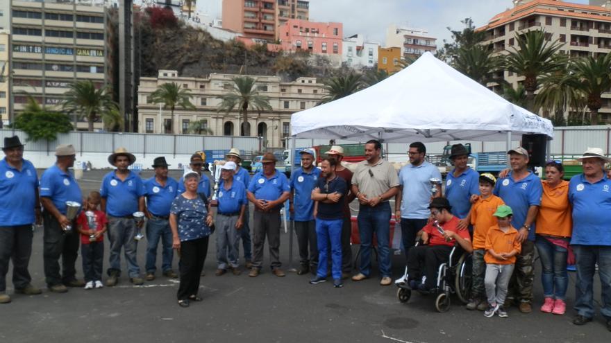 Foto de familia de la final del Club de Arrastre la Canga con las autoridades asistentes a la final del Concurso Insular de Arrastre.