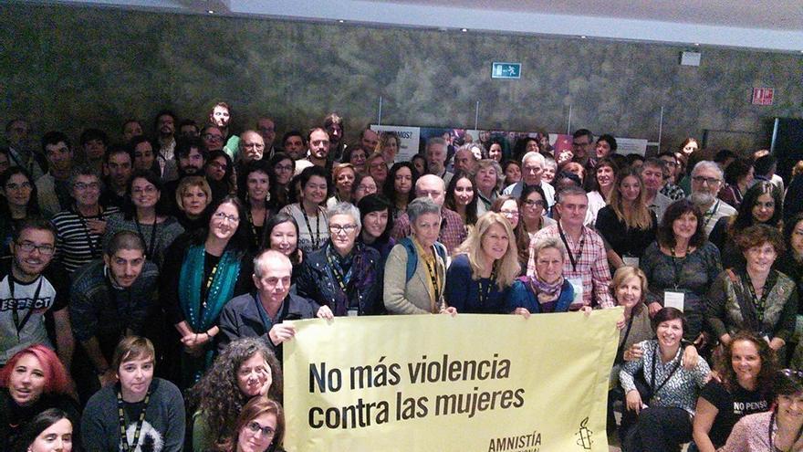 Las cuatro activistas de La Palma (en el centro) con la pancarta de Amnistía Internacional.
