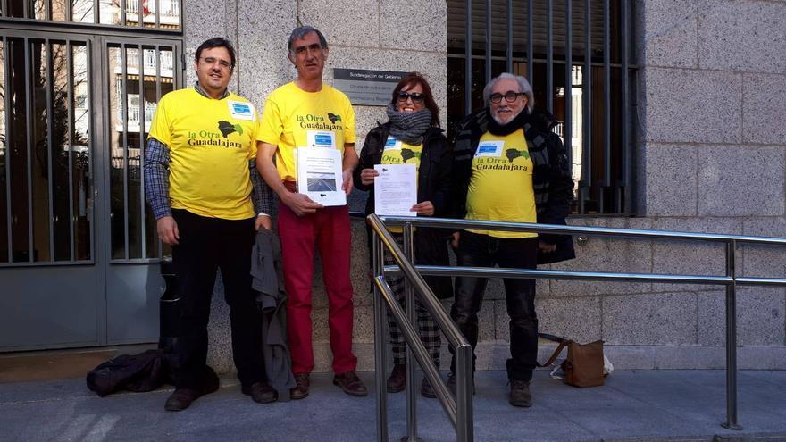 Miembros de la plataforma La Otra Guadalajara entregando hace escasos días un plan comarcal contra la despoblación en la Subdelegación del Gobierno