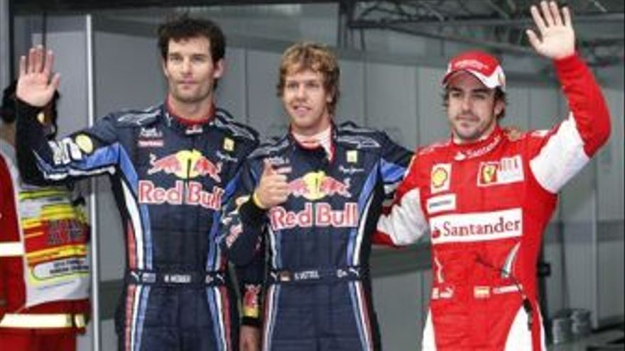 Alonso junto a los pilotos de Red Bull. (EUROPA PRESS)