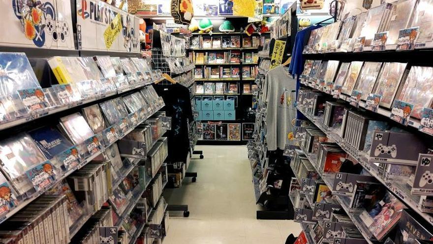 Vista de la sección de videojuegos de la PlayStation 1 en la tienda de segunda mano Super Potato del distrito de Akihabara, en Tokio (Japón). La primera consola de Sony cumple 25 años desde su lanzamiento en Japón, donde lejos de haber caído en el olvido sigue muy presente en su potente mercado de segunda mano, en el que sus juegos son desde gangas a verdaderos productos de lujo.