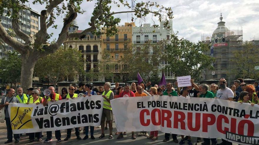 Una treintena de personas concentradas frente al ayuntamiento de Valencia protestan contra la corrupción