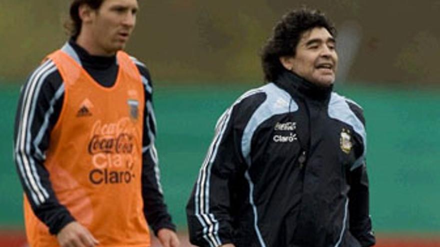 Messi y Maradona, estrellas de Argentina. (REUTERS)