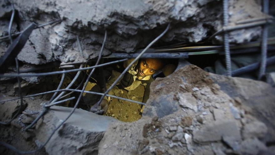 Un hombre busca supervivientes entre los escombros en Sana, Yemen © AP Photo/Hani Mohammed