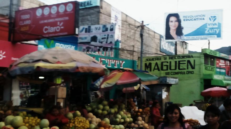 Mercado de Xela, capital de Quetzaltenango. Al fondo, publicidad electoral de Zury Ríos./J.F.
