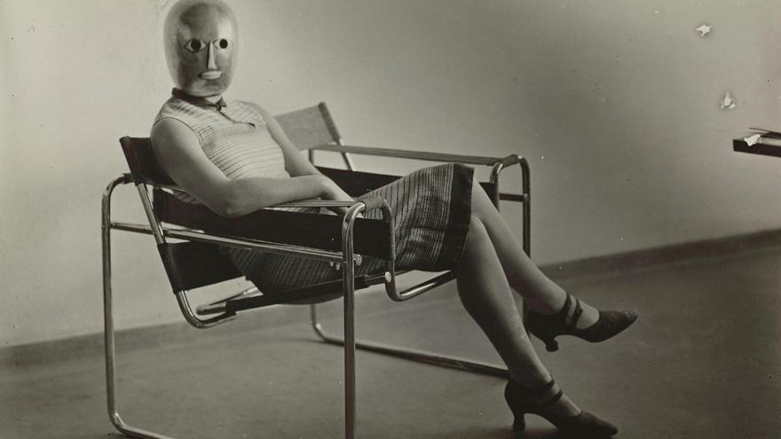 'Mujer en silla club B3', de Marcel Breuer. Máscara de Oskar Schlemmer. Vestido de Lis Beyer. Sobre 1927