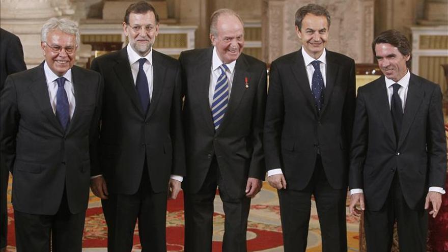 El rey Juan Carlos,con los expresidentes Felipe González, José Luis Rodríguez Zapatero, José María Aznar, y el presidente del Gobierno, Mariano Rajoy, en enero de 2012. / Efe