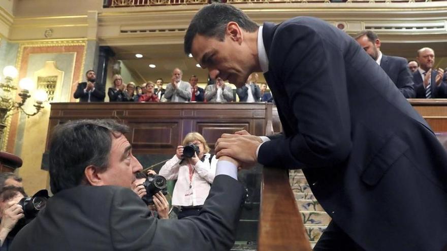 Sánchez saluda al portavoz del PNV, Aitor Esteban