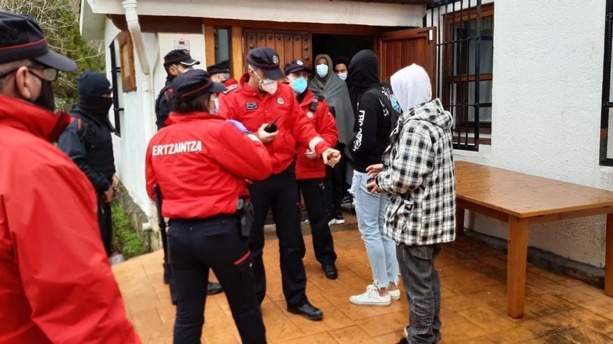 67 jóvenes denunciados por una fiesta ilegal en Derio (Bizkaia)