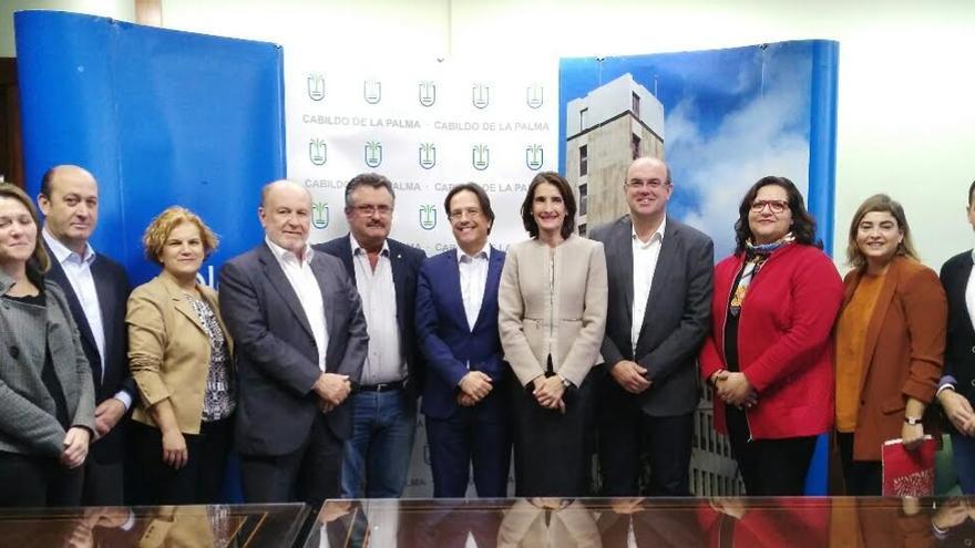 En la imagen, el presidente del Cabildo de La Palma y la consejera de Turismo, Cultura y Deportes del Gobierno de Canarias con otros altos cargos de ambas administaciones.