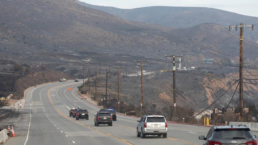 La caravana del presidente Donald J. Trump en la autopista de la costa del Pacífico, hacia las laderas quemadas en Malibú, California, devastadas por el incendio de Woolsey