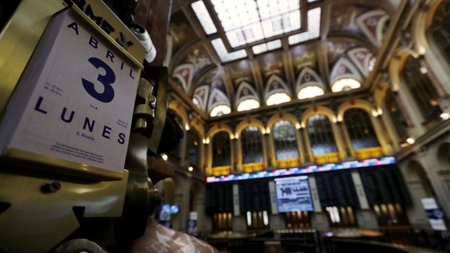 El IBEX cae un 0,33 por ciento a mediodía por la banca, pero aguanta los 10.400 puntos