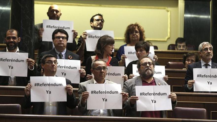 """Los diputados de la Izquierda Plural exhiben carteles de """"referéndum ya"""""""