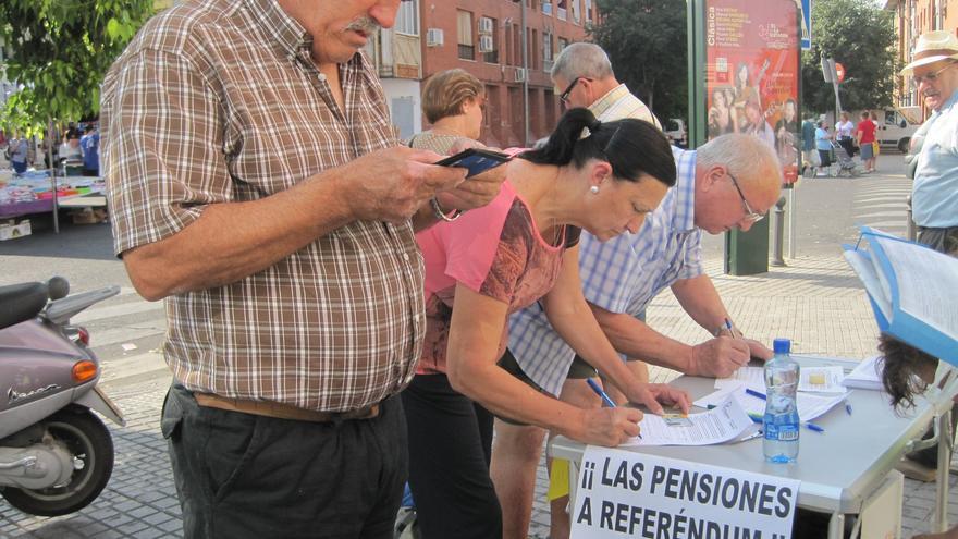 Recogida de firmas para pedir la protección de las pensiones.