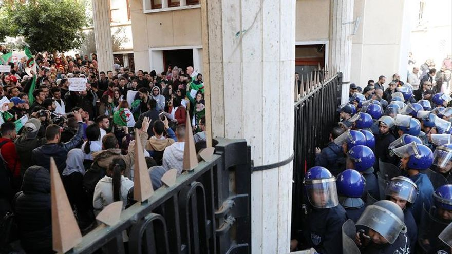Argelia adelanta las vacaciones de universitarios, que lideraban la protesta