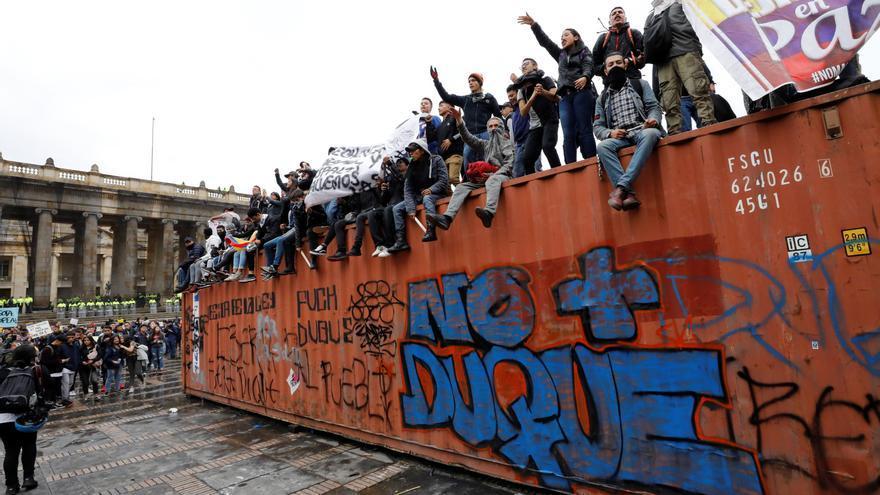 Cientos de personas participan en un cacerolazo este viernes, en la Plaza Bolívar de Bogotá.
