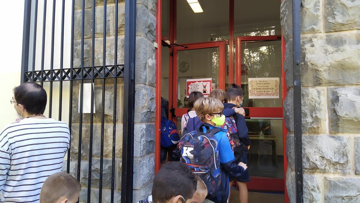 Alumnos del Colegio Paderborn de Pamplona entrando al centro escolar en la vuelta al cole