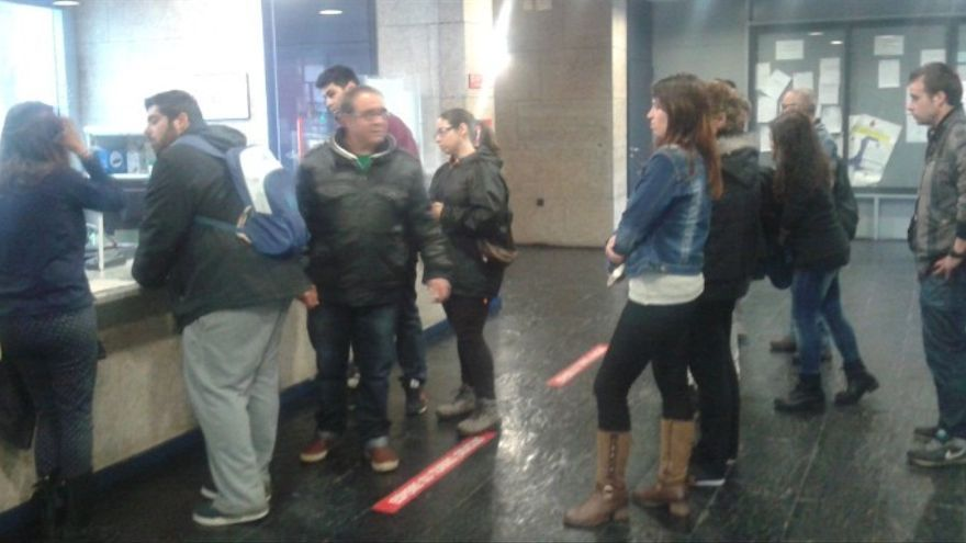 Activistas acompañan a la afectada en los juzgados para solicitar la paralización del procedimiento / Twitter @PAHCaceres