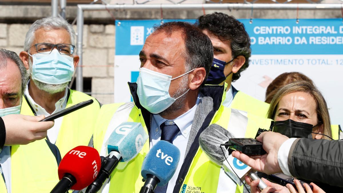 El conselleiro de Sanidad, Julio García Comesaña, atiende a los medios en Lugo, en una imagen de archivo.