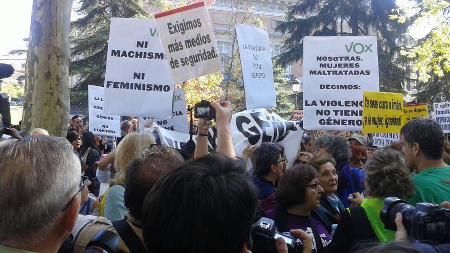 Integrantes de Vox interrumpen la lectura del manifesto. / Raquel Ejerique