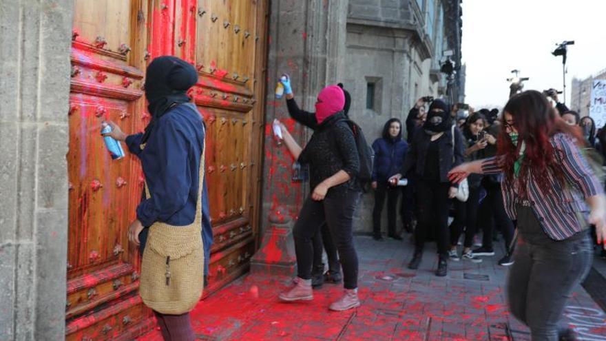 Mujeres protestan este vienes, en las puertas de Palacio Nacional, de Ciudad de México (México).