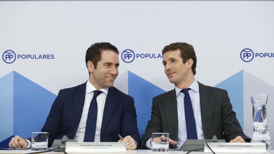 El presidente del PP, Pablo Casado (derecha) y el secretario general, Teodoro García Egea (izquierda).