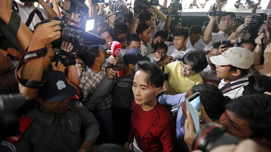 Suu Kyi acude a votar en los comicios más importantes de Birmania en décadas
