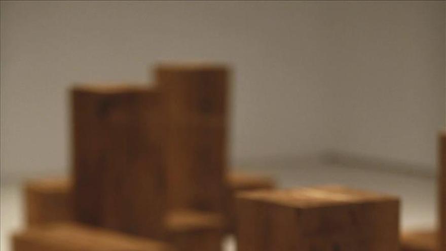 Carl Andre, el artista que bajó la escultura de los cielos al suelo