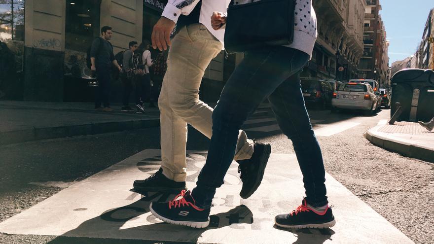 Dos jóvenes pasan sobre la indicación de Madrid Central