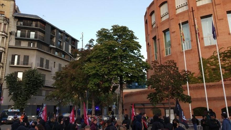 Unos 50 CDR siguen concentrados por el 1-O ante la Subdelegación del Gobierno en Girona