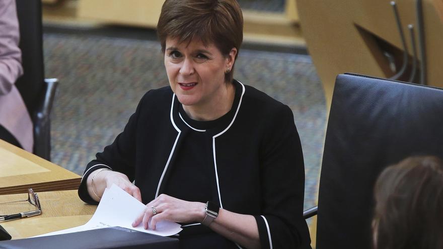 La líder escocesa presiona para que dimita la diputada que viajó con COVID-19
