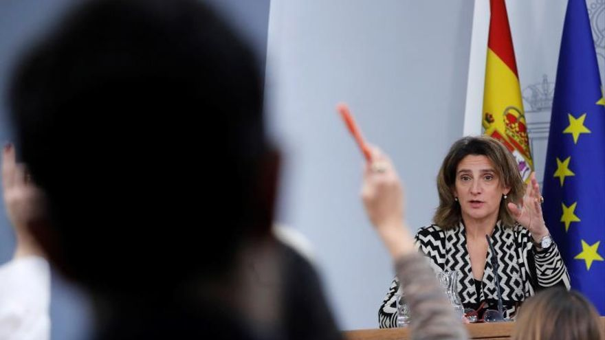 La vicepresidenta para la Transición Ecológica y el Reto Demográfico, Teresa Ribera (d), durante de la rueda de prensa posterior al Consejo de Ministros celebrada en Moncloa, Madrid, el pasado martes.