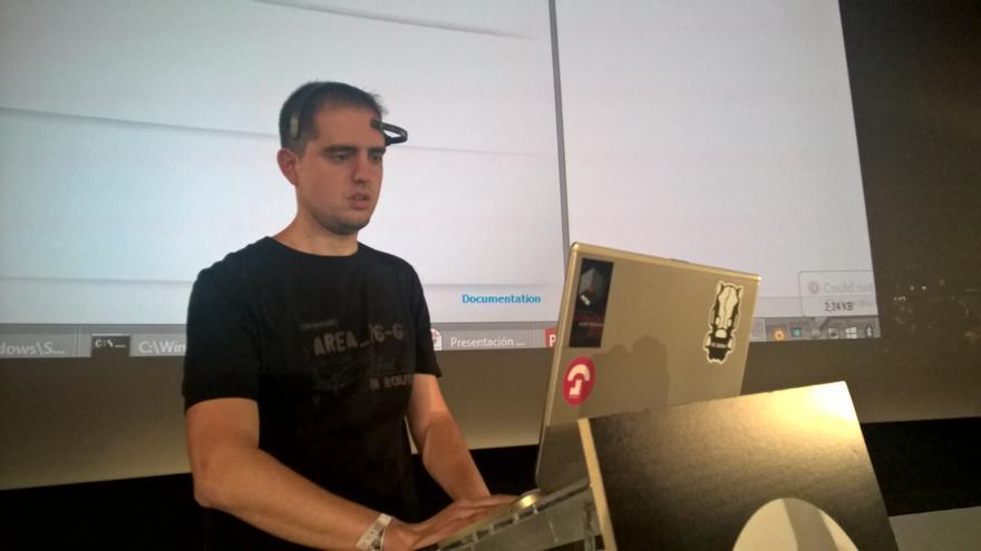 Alfonso Muñoz, consultor de IOActive, con la diadema EEG de bajo coste NeuroSky MindWave