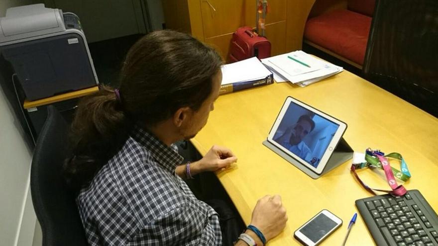 Reunión de Pablo Iglesias con Hervé Falciani por videoconferencia. Foto compartida en Twitter por Iñigo Errejón (@ierrejon)