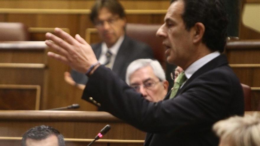 El presidente de la Comisión de Interior del Congreso se enfrenta a Podemos por organizar visitas a CIE por su cuenta