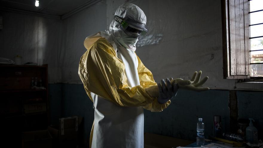 Un trabajador sanitario se pone su equipo de protección personal (EPP) antes de entrar en la zona roja de un centro de tratamiento del Ébola (ETC) apoyado por MSF, donde atendieron a los pacientes el 6 de noviembre de 2018 en Bunia.