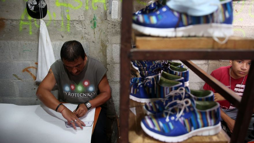 Cada mes, los nueve trabajadores de Calzados Limonada producen alrededor de 400 pares en este pequeño taller artesanal ubicado en el interior del barrio.   Foto: Guillermo Pérez