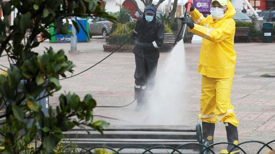 Funcionaros de la Empresa de Servicios Públicos de La Calera ESPUCAL fueron registrados este miércoels al desinfectar las calles del municipio de La Calera (Colombia), como medida para evitar la propagación del virus COVID-19 en la localidad.
