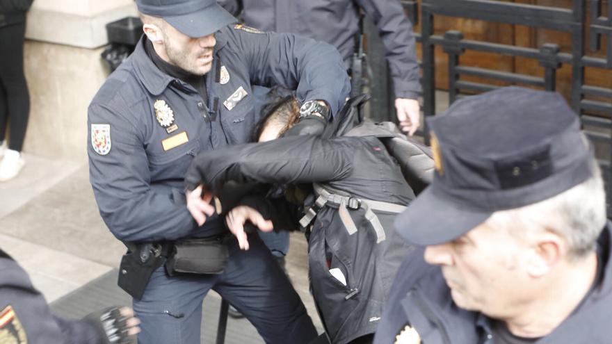 Varios antidisturbios desalojan a golpes y empujones a una manifestante que quería entrar en el edificio del rectorado de Valencia.Fotos cedidas por Eva Máñez (fotoperiodista en huelga).