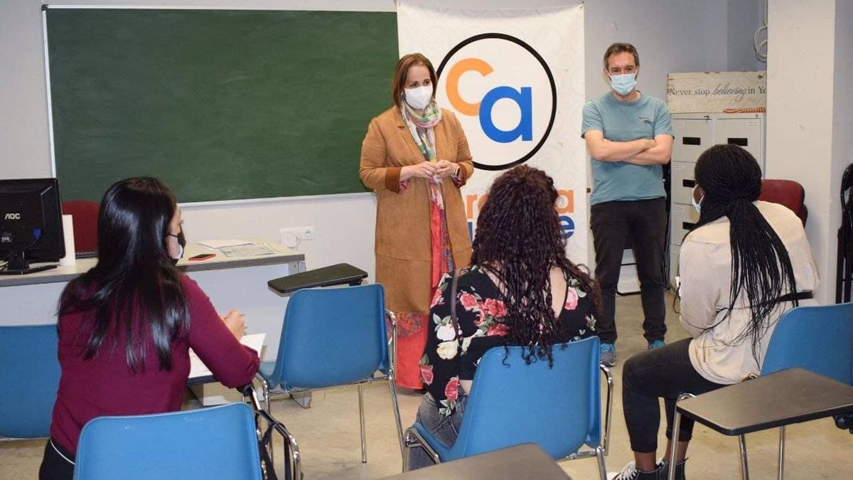 Blanca Torrent con las alumnas del curso en 'Operaciones auxiliares de comercio' organizado por la asociación Córdoba Acoge.