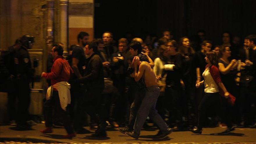 Ráfagas de disparos en la toma de rehenes en la sala de conciertos de París